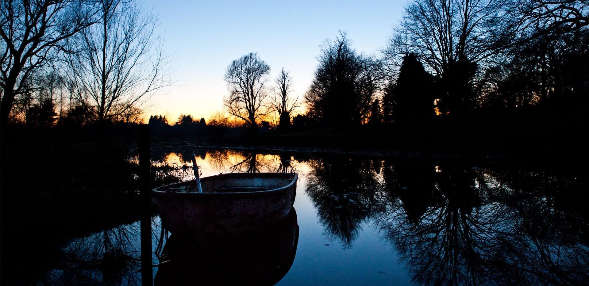 boat on water night v02.jpg