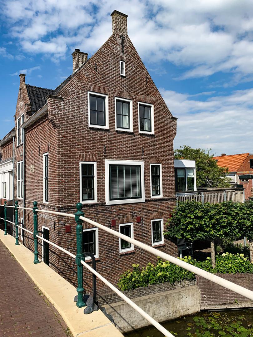 Vooraanzicht familiehuis met balkon