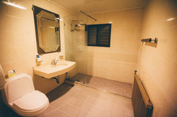 Shared bathroom 2Fl