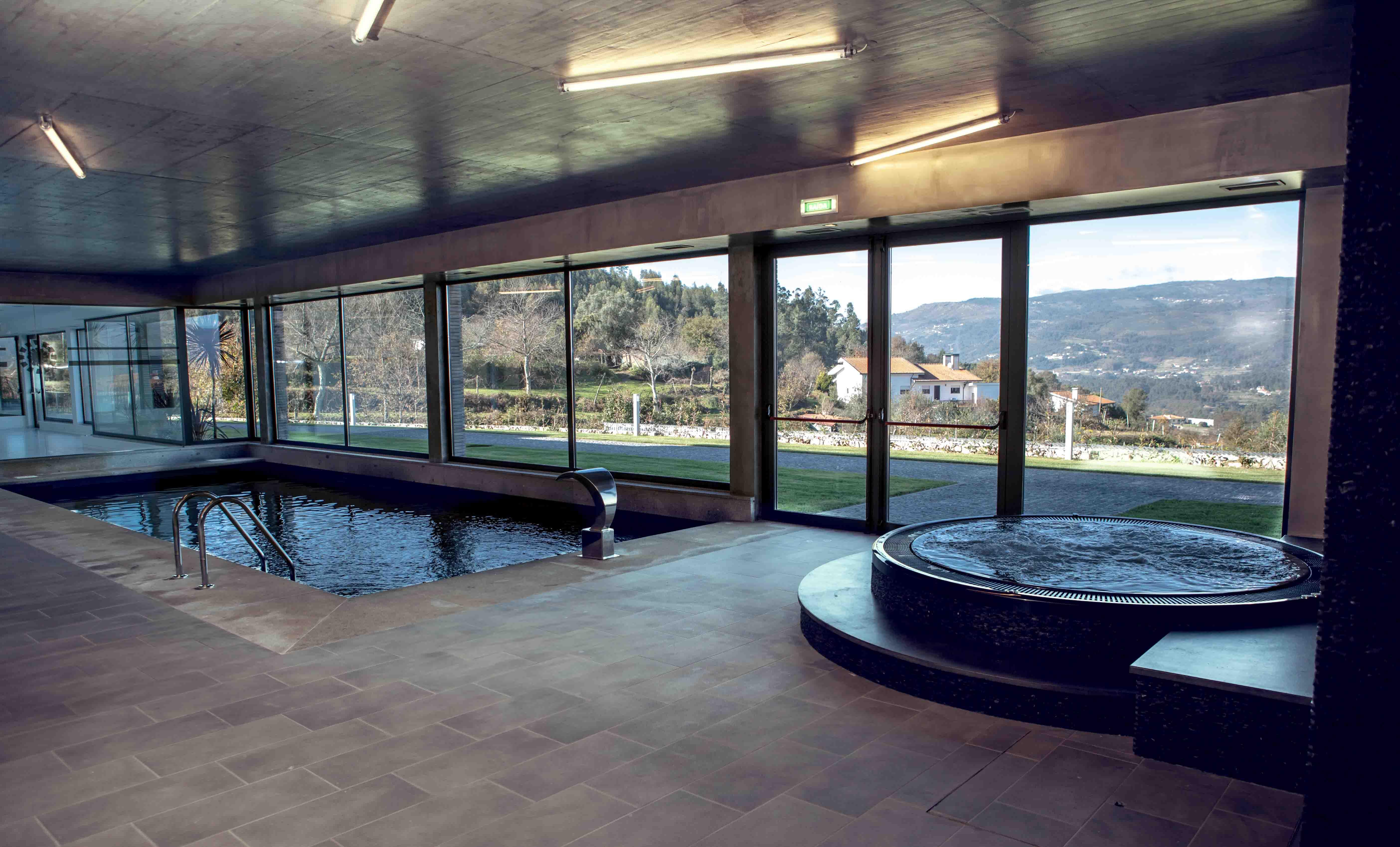 Hallenbad Whirlpool in Fitnessstudio