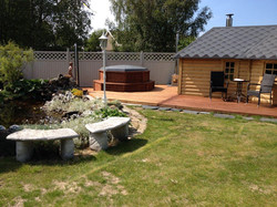 Wikinger Grillkota und Sauna Haus mit Holzdeck