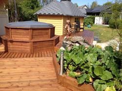 Whirlpool mit Holzdeck Wikinger Sauna als Anbau Wikinger Grill Kota