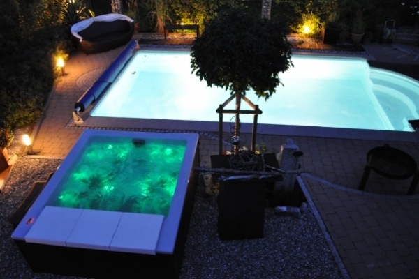 Whirlpool und Schwimmbecken
