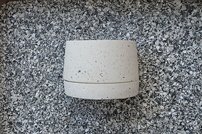 maceta pequeña de concreto con plastico reciclado color blanca.JPG