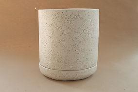 Maceta de concreto con plastico blanca.J