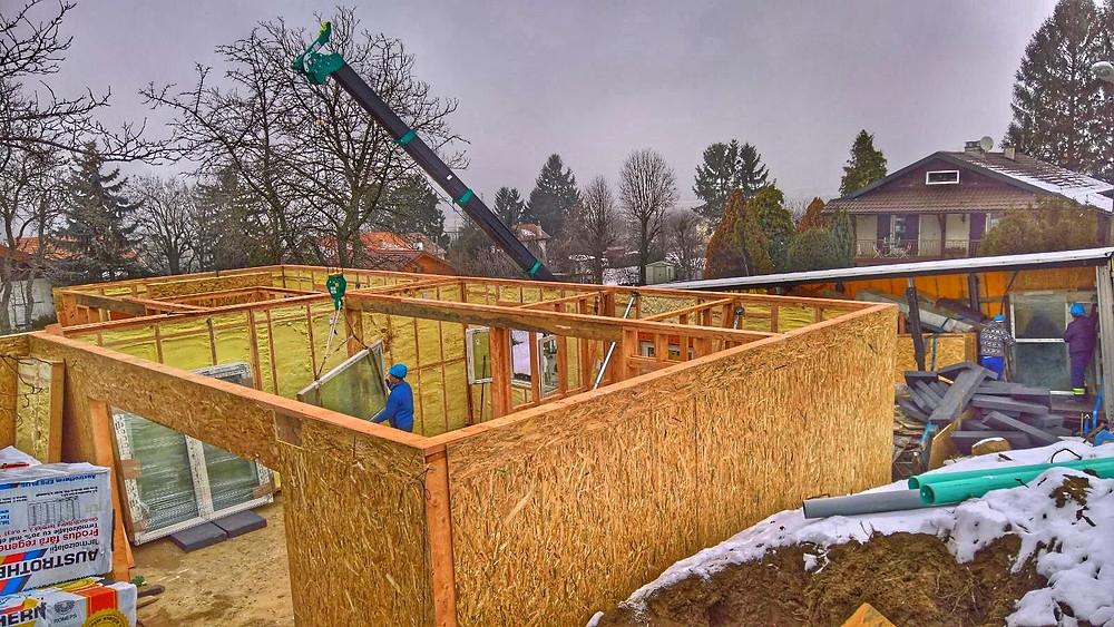 Casă timberframe din panouri prefabricate placate cu OSB pe exterior și izolată cu spumă poliuretanică cu celulă închisă pentru a-i crește gradul de eficiență energetică