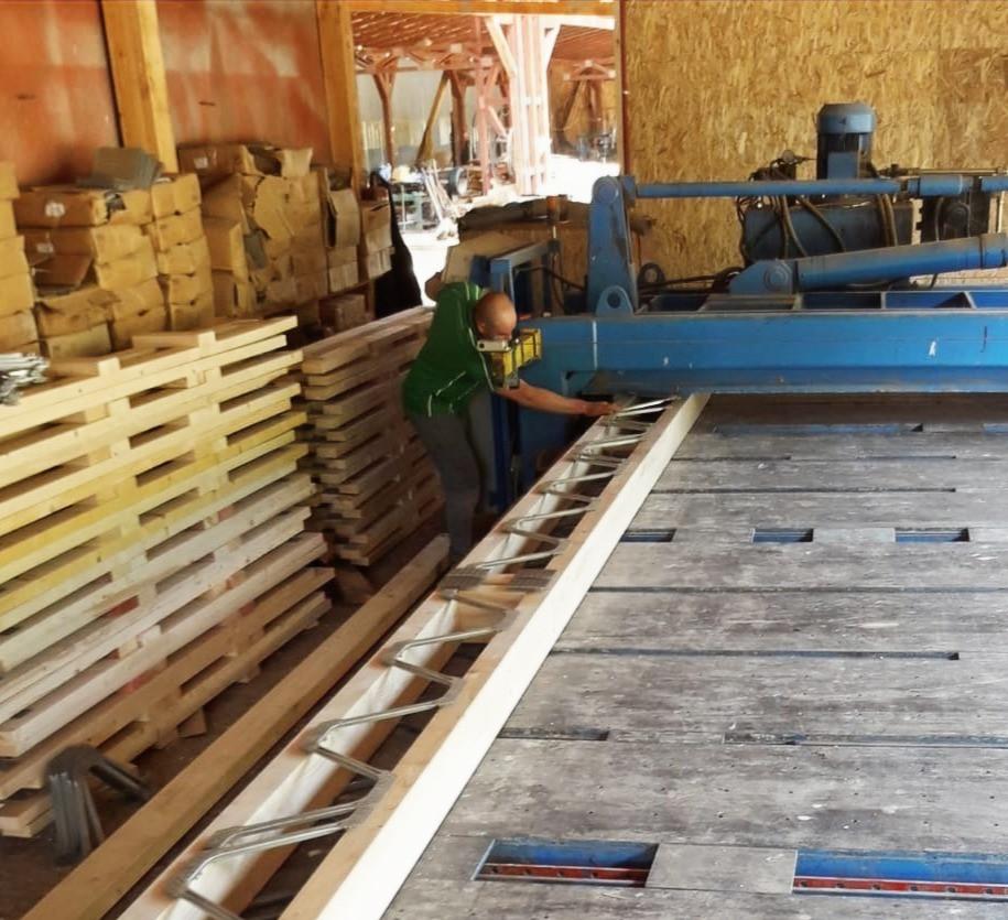 Producția grinzilor Posi prin presare hidraulică. Poza din fabrica Miradex