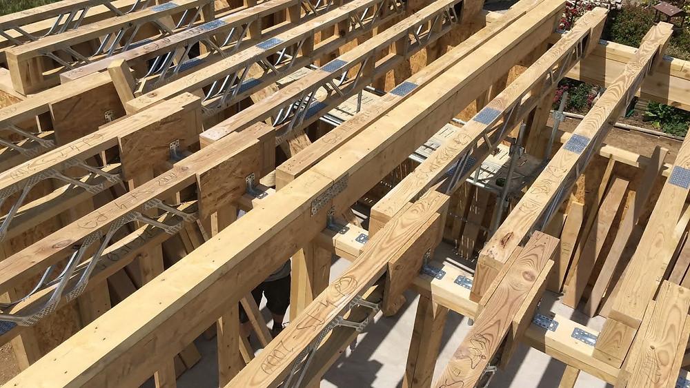 Grinzi prefabricate posi-strut care alcătuiesc planseul unei case prefabricate pe structură timberframe