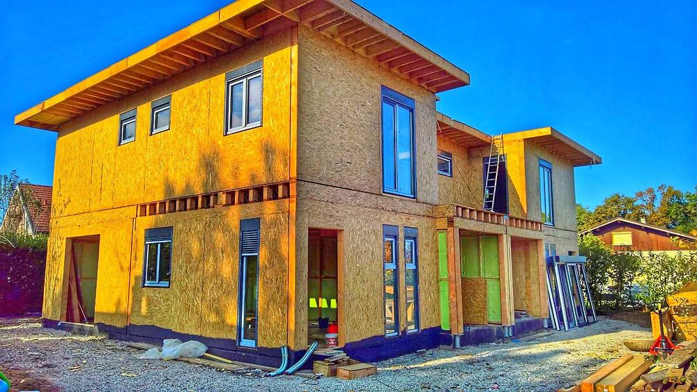 Casă timberfram fabricată în România și livrată în Franța. Casa pe structură de lemn este izolată cu spumă poliuretanică, placată cu OSB 3 și cu ferestre montate.