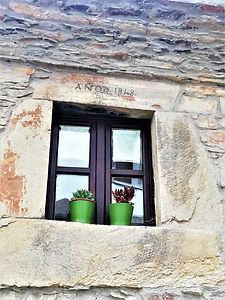 Casa natal de Alejandro Casona dn Besullo (Cangas del Narcea). Detalle en una ventana donde se indica el año de su construcción