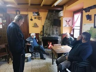 El bar de Casa Manón, en Besullo (Cangas del Narcea), es un auténtico centro social donde siempre hay una animada tertulia vecinal