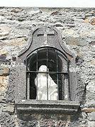 Santuario del Acebo. Imagen en el exterior de la Casa de Novenas