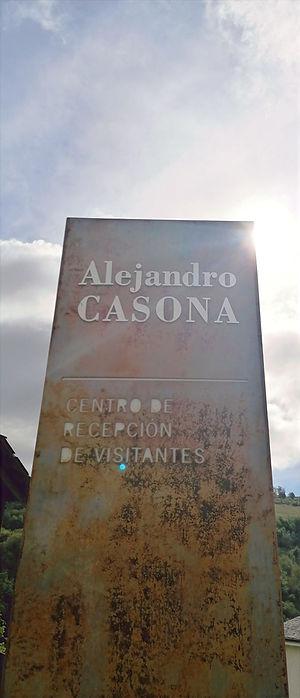 Monolito de acero en el exterior del Centro de Recepción de Visitantes Alejandro Casona de Besullo