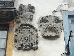 Cangas del Narcea - Escudos en la fachada del Palacio de Pambley