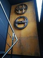 Ruedas antiguas de carro del país, en la escalera del Centro de Recepción de Visitantes Alejandro Casona de Besullo