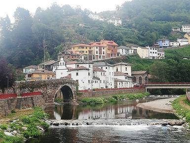 Cangas del Narcea - Puente medieval con el barrio de Entrambasaguas al fondo