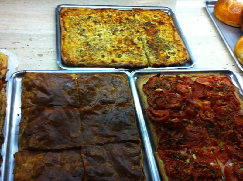 Empanada gallega, cebolla, tomate