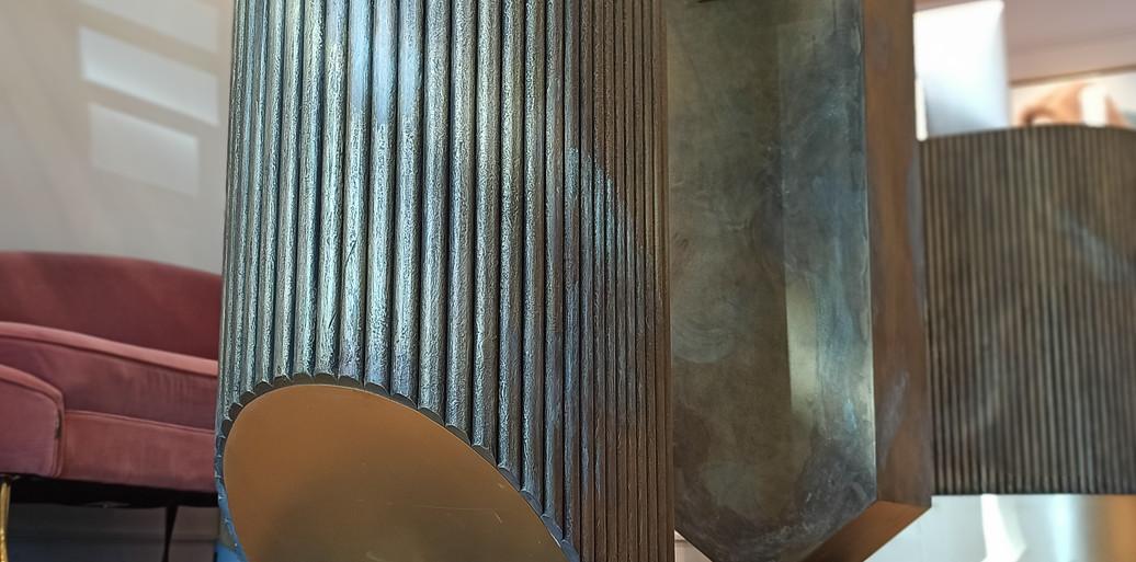 חנות תכשיטים בהשראה אדריכלית. עיצבנו וייצרנו פריטי ריהוט לחנות בגימורים של פליז ופטינה ירוקה.