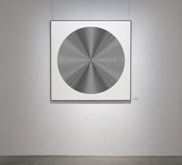 RUEDA 7, 2018, 150x150cm. Impresión Fine Art con inyección de pigmentos minerales sobre papel algodón 340 g/m², blanco natural, acabado metálico de alto brillo. Edición de 6+2P.A.