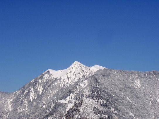 Η βουνοκορφή Τσεκούρα δεσπόζει απέναντι μας