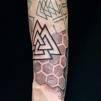 norse symbol, geometric tattoo, dotwork, best tattoo shop near me, custom tattoo shop, custom tattoo studio, london tattoo artist, black and grey tattoo, best tattoo studio in camden, best tattoo studio in holloway, valknut, viking tattoo, viking symbol, geometric arm tattoo, arm tattoo