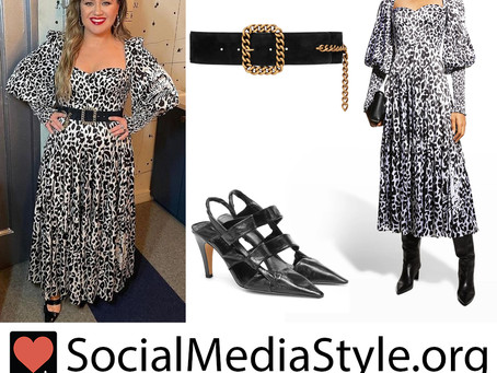 Kelly Clarkson's leopard print dress, chain detail belt, and black sandals from The Tonight Show