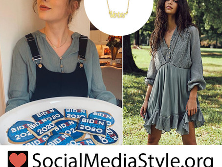 """Taylor Swift's """"voter"""" necklace and grey blouse"""