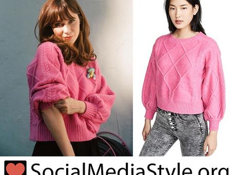 Zooey Deschanel's pink sweater
