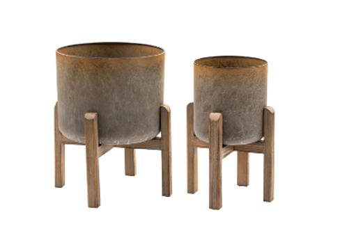 Pote de metal añejado con pie de madera