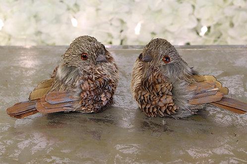Pájaro con alas de piñitas de pino