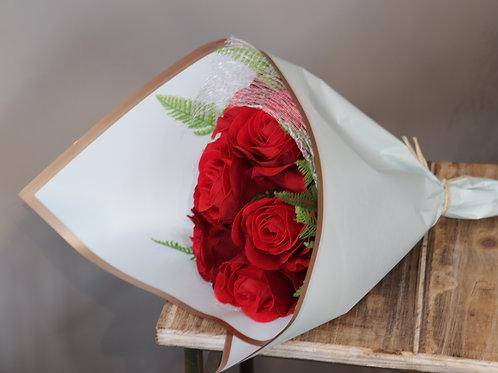 Bouquet atado de rosas rojas