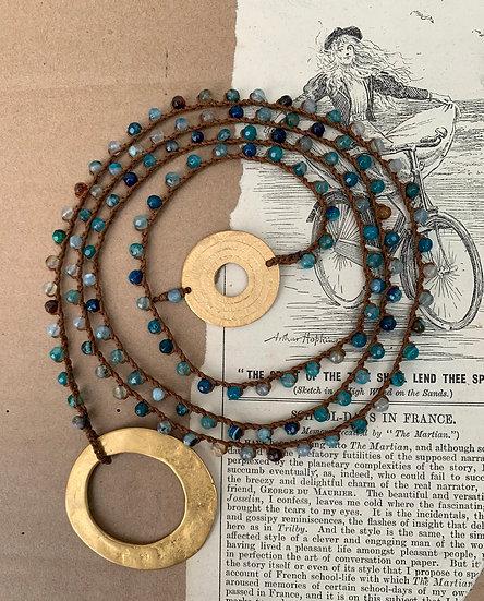 colar comprido handmade,, ágatas azuis  terminais argolas plaquet dourado