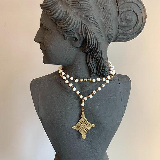 colar handmade, com fecho nós bolas brancas cruz etiópia  bronze