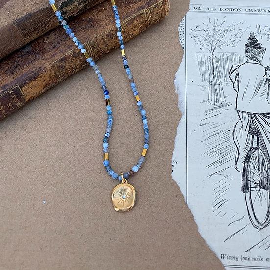 colar ajustavel ágatas azuis matizadas medalha de aço