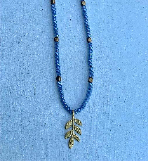 Colar Curto Ajustável cristais Azuis- trio de folhas