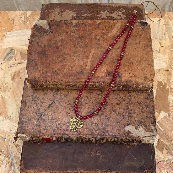colar MÓNICA/ ajustável  fio de seda e ágatas granada, pendente bronze tri