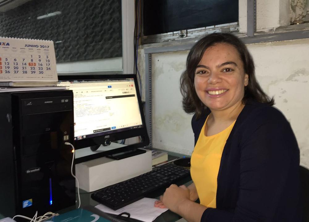 A Jornalista Ana Flávia Gomes exerce a função de Editora no caderno de esportes no Jornal O Povo (Foto: Neto Ribeiro)