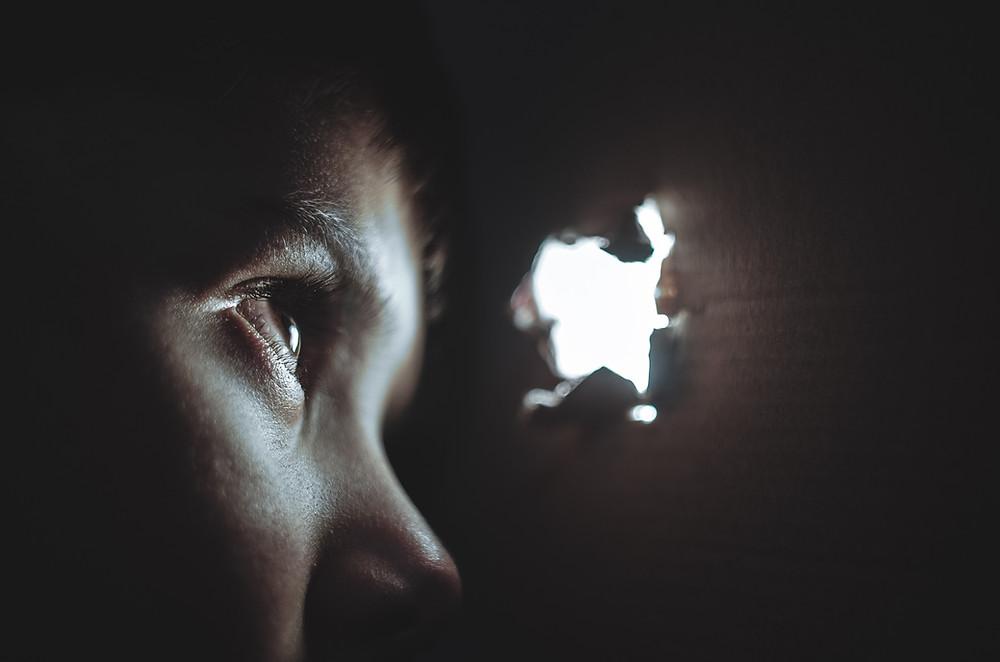 Meninas são maior alvo de exploração sexual (Foto: Dmitry Ratushny/UnsPlash)