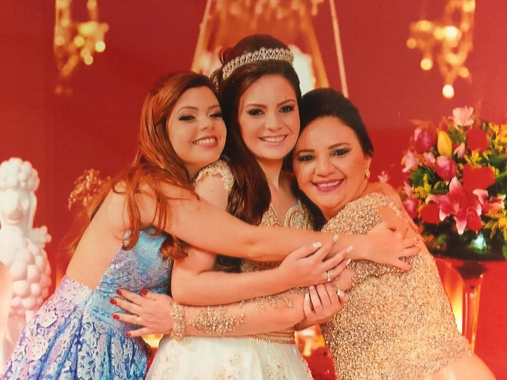 Patrícia comemora 15 anos de Bárbara com a meia irmã Raína