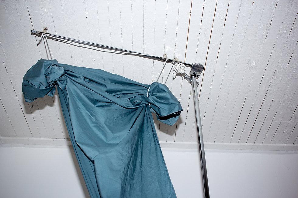 bild från skiss, blått tyg uppknutet i en metallställning