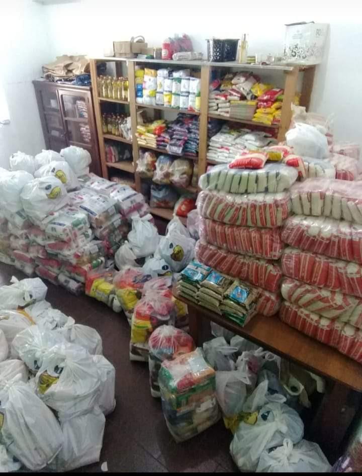 Ajuda emergencial de alimentos, que atende semanalmente algumas famílias que buscam auxílio junto à paróquia