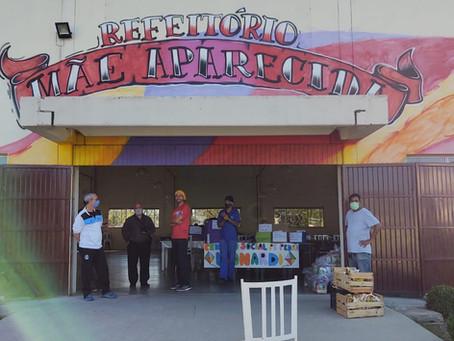 Mensageiro da Caridade e Centro Social Padre Pedro Leonardi entregam cestas básicas a famílias na Re