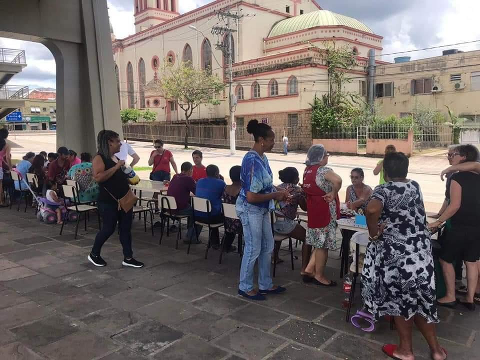 Voluntários da ação social realizam almoço embaixo do viaduto.