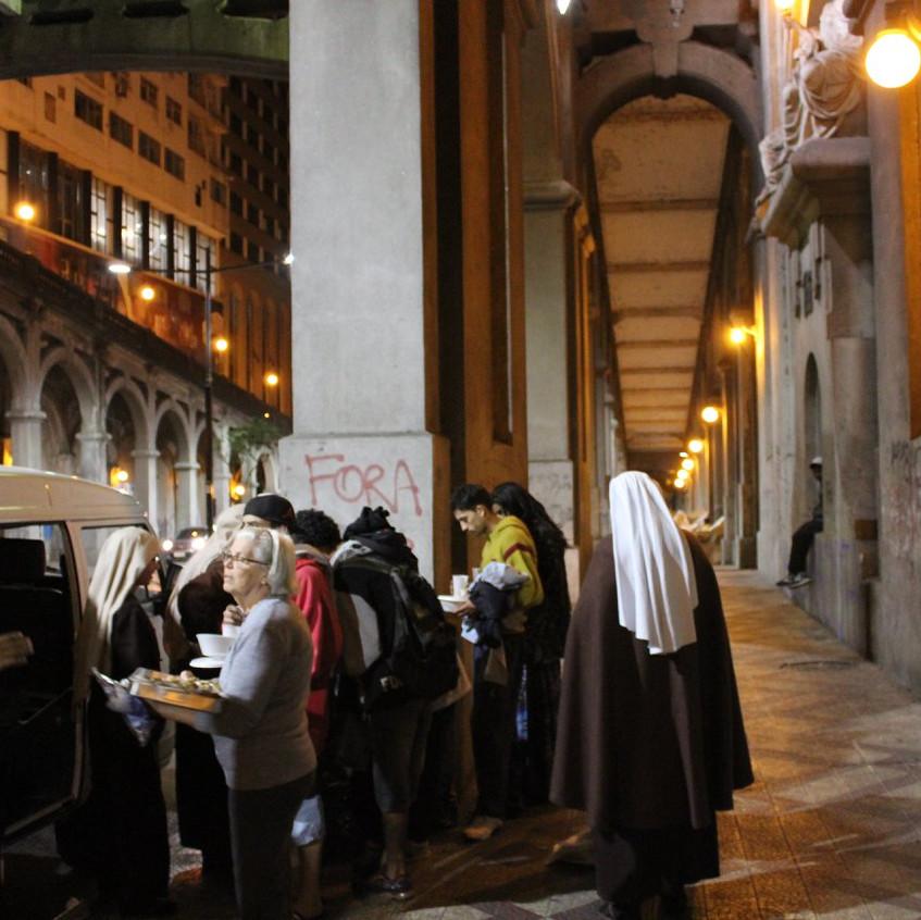 Irmãs levam alimento, agasalho e atenção aos moradores do viaduto da Borges.