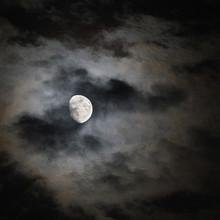 Fullmåne över staden