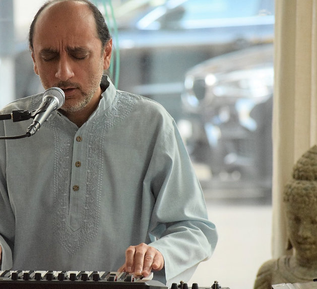 How to find a real Mantra Singer