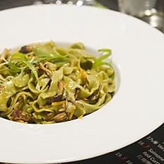 8. Tagliatelle fatte a mano al tè matcha saltate con verdure e pancetta/Stir-fried hand-made matcha tea noodle/手工抹茶炒面
