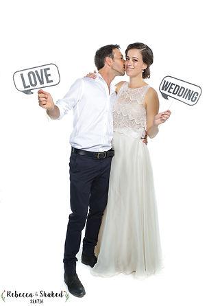 חתן מנשק כלה במסך לבן