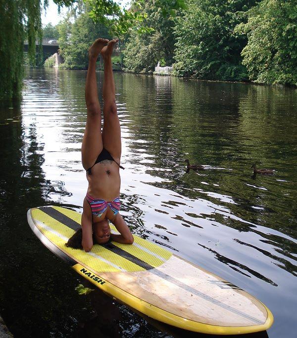 Yoga no rio com prancha