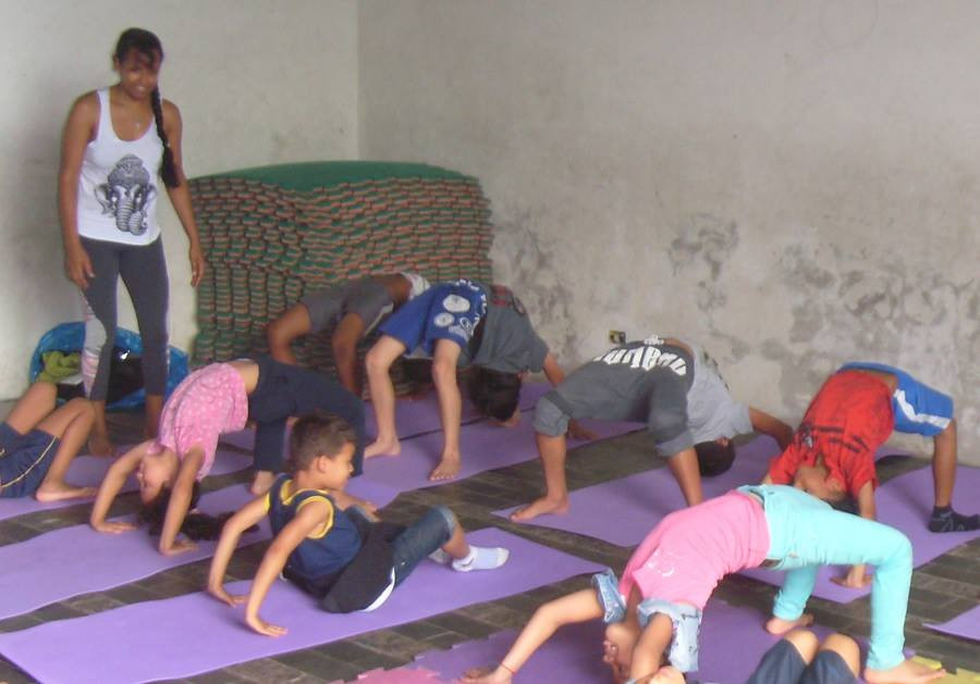 Yoga com crianças carentes